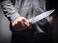 Muž neváhal vziať do ruky nôž, vyhrážkami nešetril.