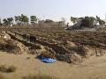 Ohavný čin! Z masového hrobu v Sýrii vytiahli už viac ako 300 tiel