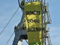 Aktivisti Greenpeace vyliezli na vežu v Novákoch.