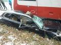 FOTO Vážna nehoda pri Bardejove: Vlak s 80 cestujúcimi sa zrazil s autom, vodič utrpel ťažké zranenia