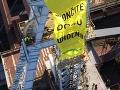Aktivisti z Greenpeace Slovensko vyliezli na ťažobnú vežu v areáli bane v Novákoch.