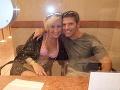 Na snímke je Scarlett s manželom.