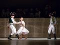 Zľava Šimon Stariňák, Eva Sklyarova a Dalibor Fabián v novej tanečnej inscenácii Štátneho divadla Košice Rodná zem