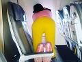 VIDEO Pasažierka zablokovala tri sedadlá v lietadle: Môžete si tipnúť, čo asi robí