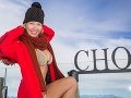 Ani mrazivé počasie moderátorke nezabránilo v tom, aby sa pri pózovaní spokojne usmievala.