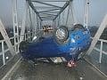 FOTO Vážna dopravná nehoda v Ilave: Auto skončilo na streche, zablokovalo úzky most