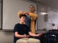Bizarný prípad z USA: VIDEO Šialený čin učiteľky, študentom začala na hodine strihať vlasy