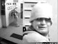 Zlodej chcel mať nôžky v teple: FOTO Nabalil si sedem párov topánok, nezabudol ani na perfektnú pomôcku