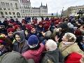 FOTO V Budapešti je rušno: Protest pred parlamentom, demonštranti prerazili policajný kordón