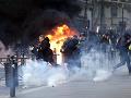 VIDEO Tvrdý zásah proti demonštrantom v Paríži: Slzotvorný plyn a delá, tisíc zadržaných