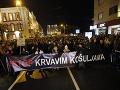 Vlna protestov neobišla Srbsko: Po útoku na opozičníka vyšli do ulíc tisíce ľudí
