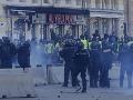 Násilnosti v Paríži neutíchajú: Tisíc ľudí vo väzbe, Macron prelomí mlčanie