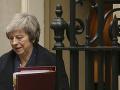 Theresa Mayová dostala dostatočnú podporu: Do najbližších volieb však odstúpi