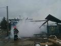 Hasiči zasahujú pri požiari píly v Spišskej Belej