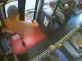VIDEO Do autobusu nastúpila mladá brunetka: Zrazu vstala a znechutila cestujúcich aj vodiča