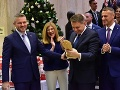 Na úrade vlády bolo veselo: VIDEO Kroj šitý Pellegrinimu na mieru a vrúcne slová detskému súboru