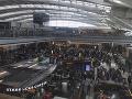 Londýne letisko zostáva naďalej uzavreté: Obrovské množstvo cestujúcich musia presúvať