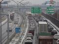 Dopravný kolaps v Bratislave: VIDEO Slovensko dostalo nádielku snehu, dnes to bude opäť peklo