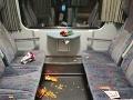 Znečistený interiér vlaku,