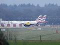 Na britskom letisku Gatwick začali obnovovať lety deň po ohrozovaní dronmi