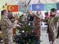 Premiér Pellegrini v Afganistane: FOTO V uniforme ho nespoznáte, jeden z vojakov ho prekvapil