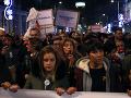 Srbsko v pohotovosti: Tisíce ľudí v uliciach opäť protestovali proti prezidentovi Vučičovi