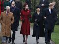 Britská monarchia na vianočnej omši: Vyparádená kráľovná, tehotná Meghan na opätkoch!