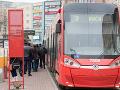 AKTUÁLNE V centre Bratislavy sa vykoľajila električka, MHD cez Obchodnú nepremáva