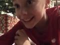 Chlapec pod stromčekom nastražil kameru.