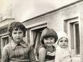 Jana Kirschner sa s fanúšikmi prostredníctvom facebooku podelila aj o fotku z detstva. Ona je to najmenšie dieťa na fotografii.