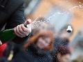 Snímka z 19. ročníka recesistickej súťaže v streľbe zátok zo šumivého vína na čo najdlhšiu vzdialenosť v Michalovciach