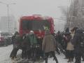 Cestujúci v Bratislave roztláčali autobus MHD.