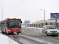 Sneženie začína komplikovať situáciu v Bratislave: MHD v niektorých častiach hlási problémy