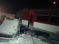 FOTO Hrozivá nehoda vlaku s nákladiakom: Zranení cestujúci, okamžitý zásah zložiek