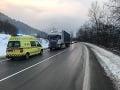AKTUÁLNE Policajt pomáhal vodičovi v Ľubochni, na ceste ho nešťastne zachytil kamión
