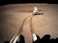 Skúmanie odvrátenej strany Mesiaca pokračuje: VIDEO Čínska sonda poslala panoramatickú snímku