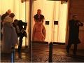 Gentleman Boris Kollár pomáhal dcére so šatami, herec Vlado Černý nechal manželku stáť medzi dverami. O chvíľu sa k nej vrátil.