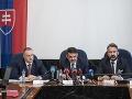 Peter Šufliarsky (vľavo), Jaromír Čižnár (v strede) a René Vanek počas tlačovej konferencie o výsledkoch preskúmania spisových materiálov súvisiacich s posledným článkom Jána Kuciaka v Bratislave 9. mája 2018.