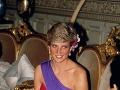 Lady Diana vo výraznej červeno-fialovej kombinácii.
