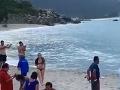 VIDEO Turisti oddychovali na pláži: Keď zbadali, čo lezie z krovia, okamžite sa dali na útek