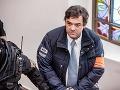 Mariana Kočnera priviezli s putami na rukách na Špecializovaný trestný súd v Banskej Bystrici.