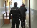 FOTO Polícia zadržala a obvinila muža, ktorý mal spôsobiť požiar bytového domu v Partizánskom