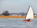 Muž (40) surfoval na zamrznutom jazere: Keď pod ním praskol ľad, mal šťastie v nešťastí
