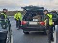 Polícia má s migrantmi kopu práce: Zadržali troch prevádzačov a 19 migrantov