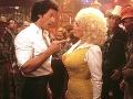 Dolly Parton  a Sylvester Stallone vo filme Mačacie zlato.