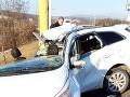 Vozidlo skončilo po náraze do stĺpa roztrhnuté na dve polovice.