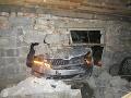 FOTO Vodič nezvládol zákrutu, zaparkoval v cudzej garáži: Škody za státisíce