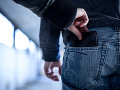 Dôchodca naletel prefíkanému zlodejovi: Odviedol jeho pozornosť a ukradol mu 400 eur