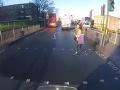 VIDEO Motorkárovi sa vrhla do cesty mladá žena: Hrôzostrašná zrážka, ale ten koniec!