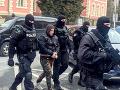 Na snímke eskorta privádza obvineného Vladimíra M. v prípade vraždy exprimátora Hurbanova Lászlóa Basternáka
